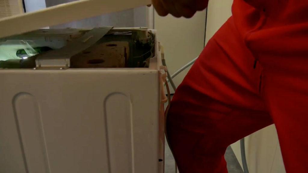 retirez le capot du lave-linge hublot