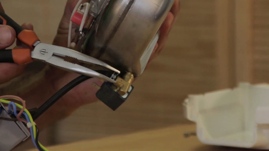 Enlever le collier de serrage du tuyau à l'aide d'une pince