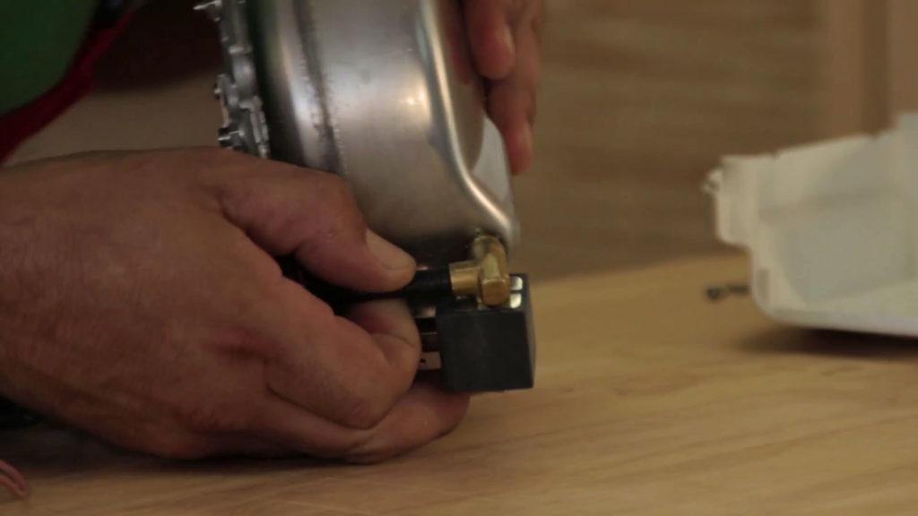 Enlever le tuyau une fois le collier de serrage retiré