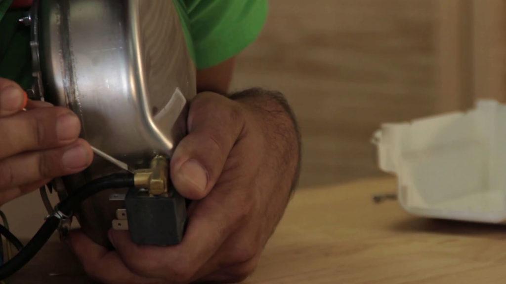 Enlever le tuyau collé à l'aide d'un tournevis plat