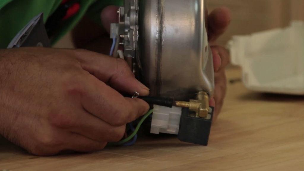 Remettre le tuyau dans son emplacement sur la chaudière