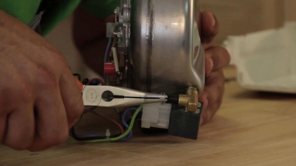 Resserrer le collier de serrage du tuyau