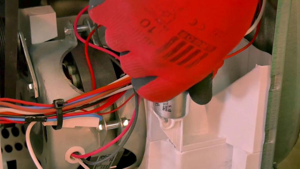 Dévisser le condensateur du sèche-linge