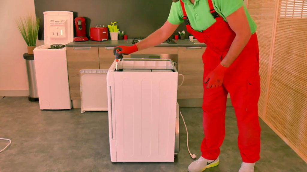Dévisser le panneau latéral du sèche-linge