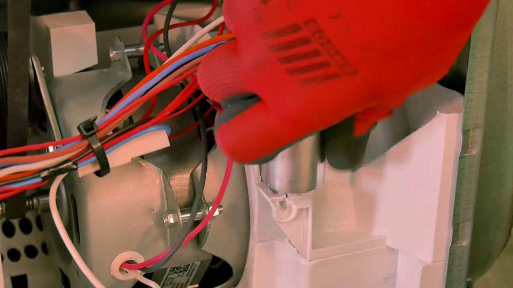 Installer le nouveau condensateur dans son emplacement
