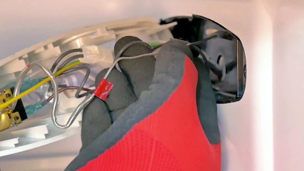 Retirer délicatement la sonde de la paroi du réfrigérateur