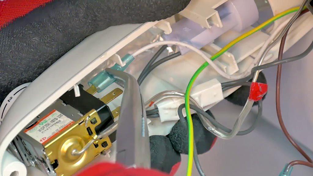 Debrancher les connecteurs du thermostat à l'aide d'une pince à bec