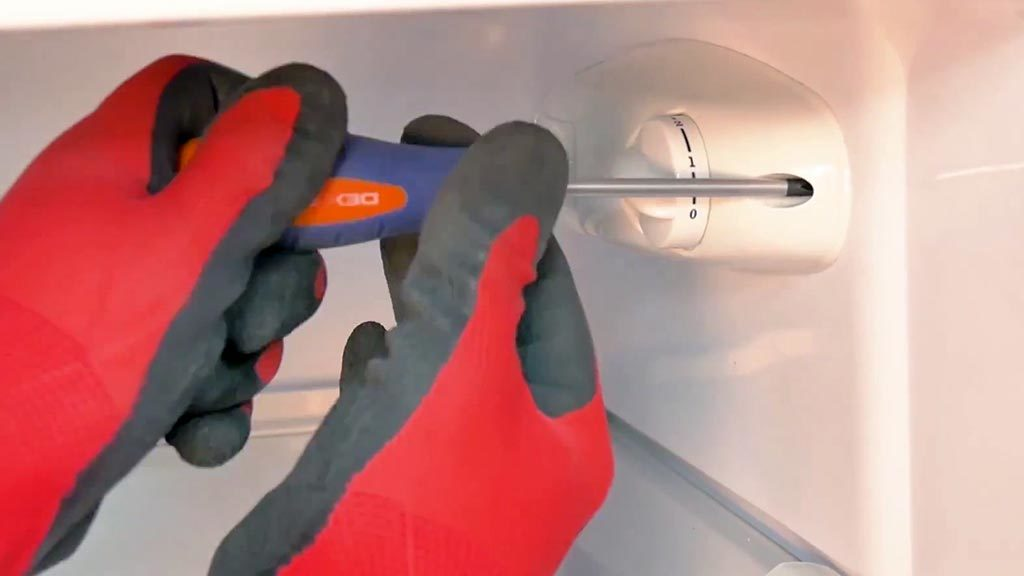 Refixer le boîtier du thermostat à la paroi du réfrigérateur