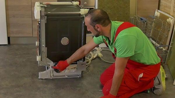 retirer-cache-plastique-pour-acces-lacets-frein-de-porte-lave-vaisselle-bosch