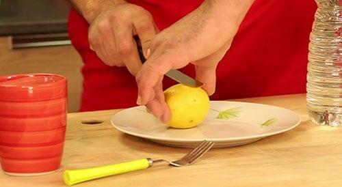 Nettoyer le micro-onde avec du citron dans de l'eau