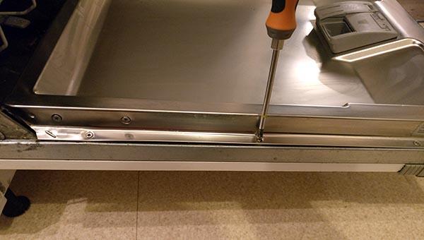 retirer_panneau_habillage-lave-vaisselle-bosch