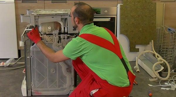 soulever-delicatement-socle-lave-vaisselle-bosch