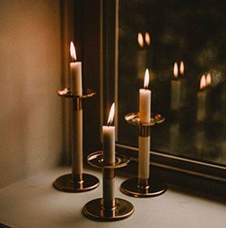 bougies-fenêtre-by rikki-austin-1146025-unsplash