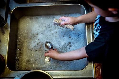 evier-vaisselle-main-enfant