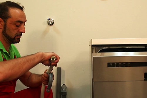 positionner-tuyau-sur-crosse-lave-vaisselle