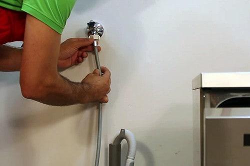 brancher-tuyau-robinet-arrivee-eau