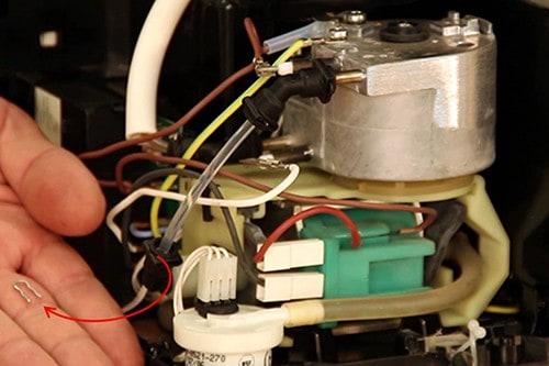 retirer-clip-fixation-tuyau-pompe-nespresso-krups