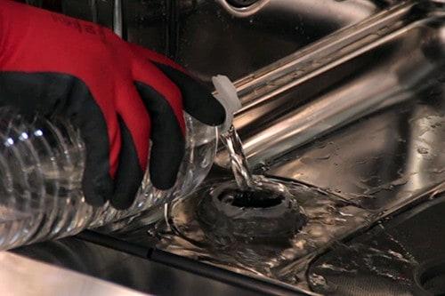 verser-eau-reservoir-sel-regenerant