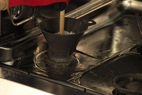 utiliser-spatule-repartition-sel-reservoir-lave-vaisselle