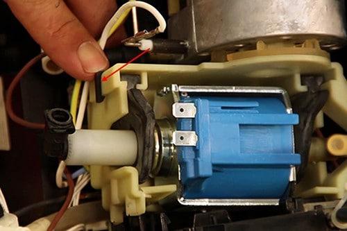 remettre-clip-fixation-pompe-machine-nespresso-krups