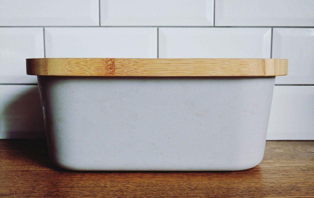 boite à pain en plastique et bois dans une cuisine
