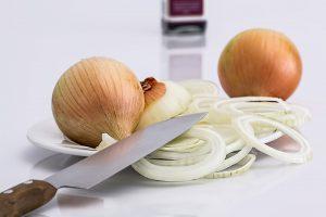 assiette d'oignons découpés avec un couteau