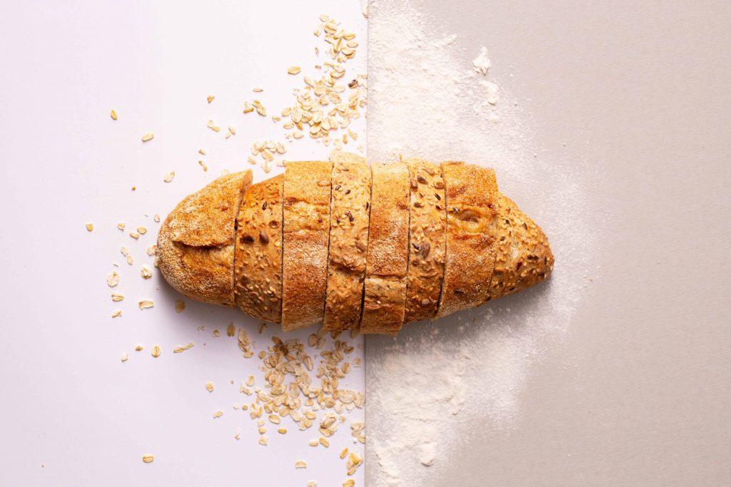 pain découpé avec des graines et de la farine