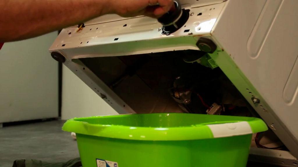 Pencher le lave-linge et contrôler le filtre et la pompe de vidange