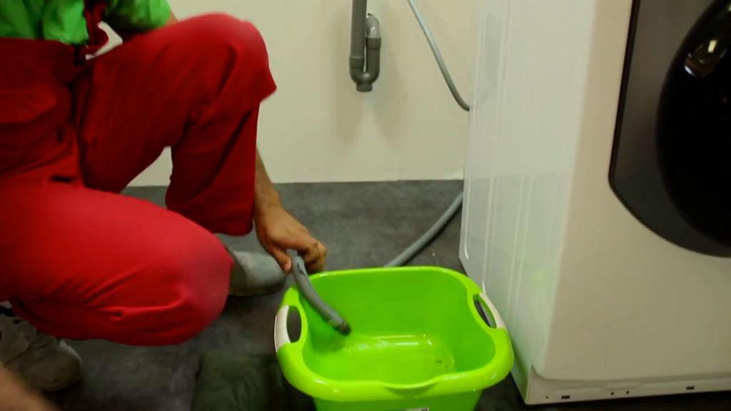 Vidanger votre lave-linge hublot à l'aide d'une bassine