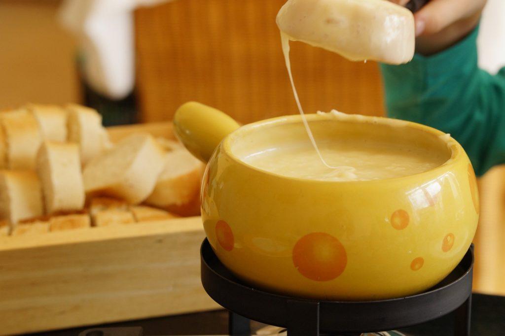 tremper son pain dans le caquelon de l'appareil à fondue