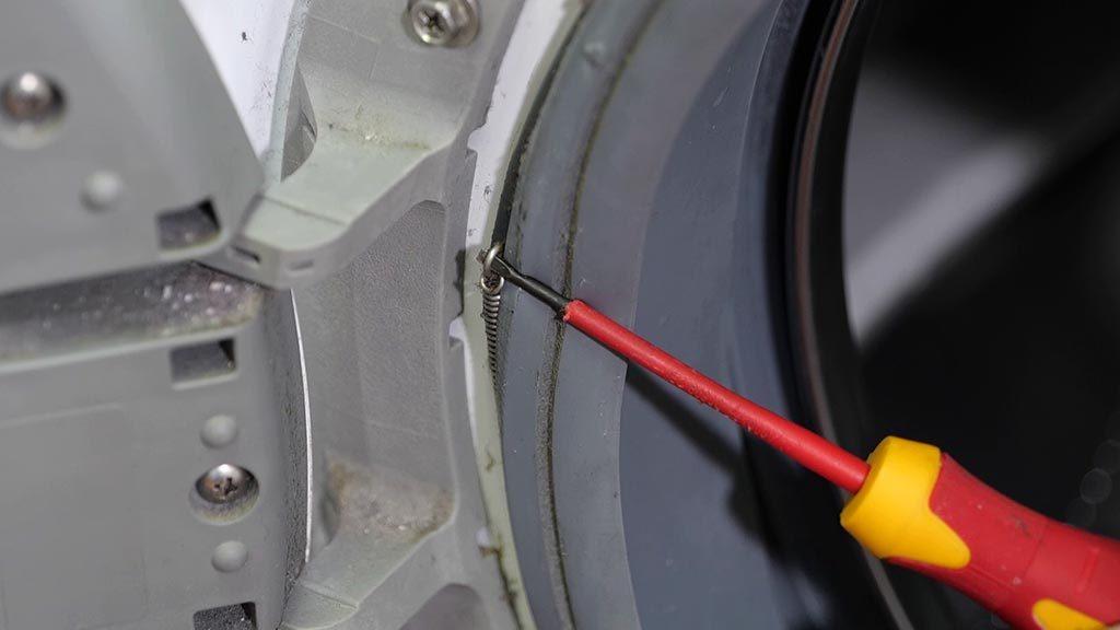 Retirer le cerclage métallique à l'aide d'un tournevis plat