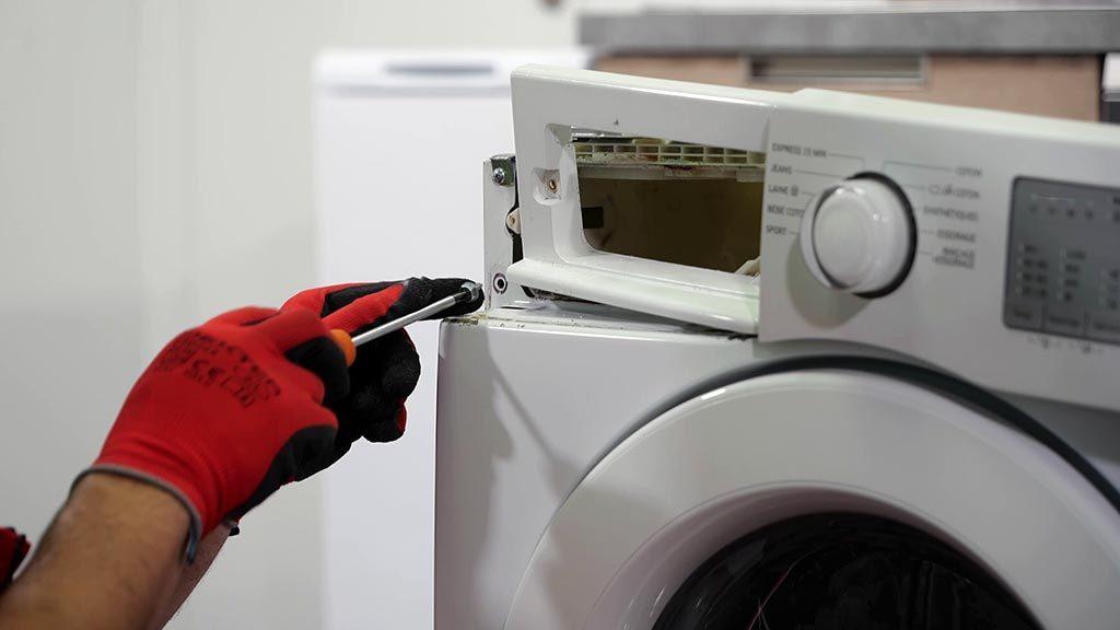 Remettre les vis sur le côté gauche de la façade du lave-linge