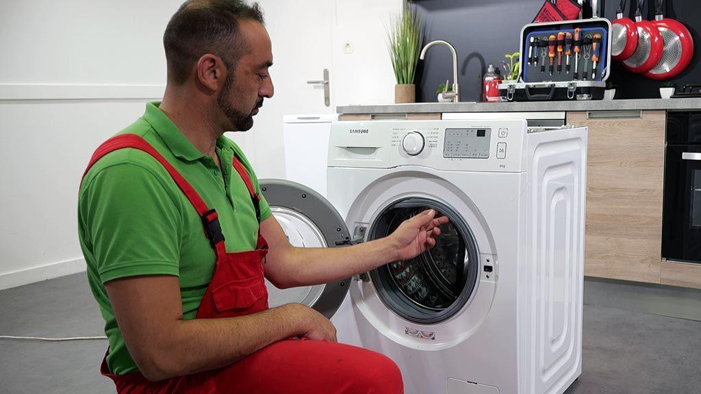 Remettre en place le joint du hublot du lave-linge