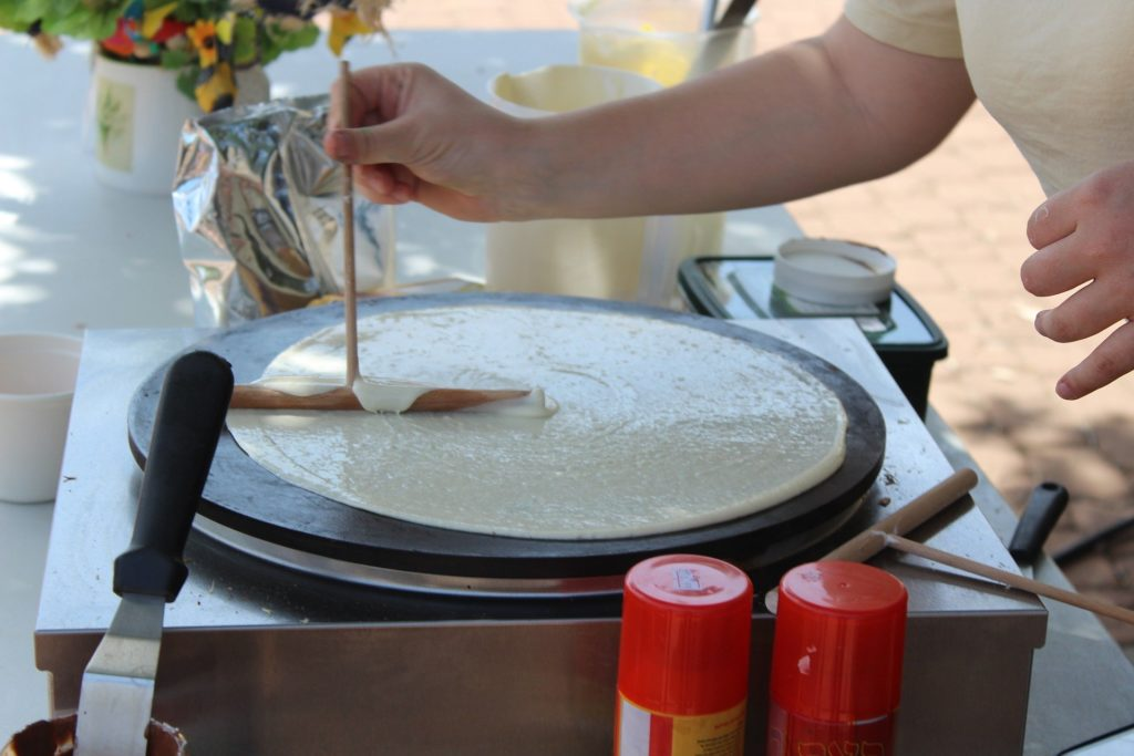 Etaler la pâte à crêpe sur crêpière électrique