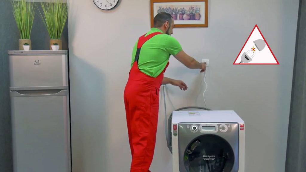 Débranchez votre machine à laver avant toute intervention