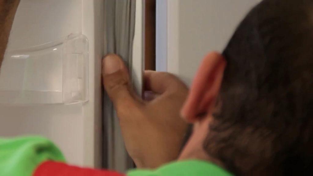 Encastrez-le nouveau joint sur la porte