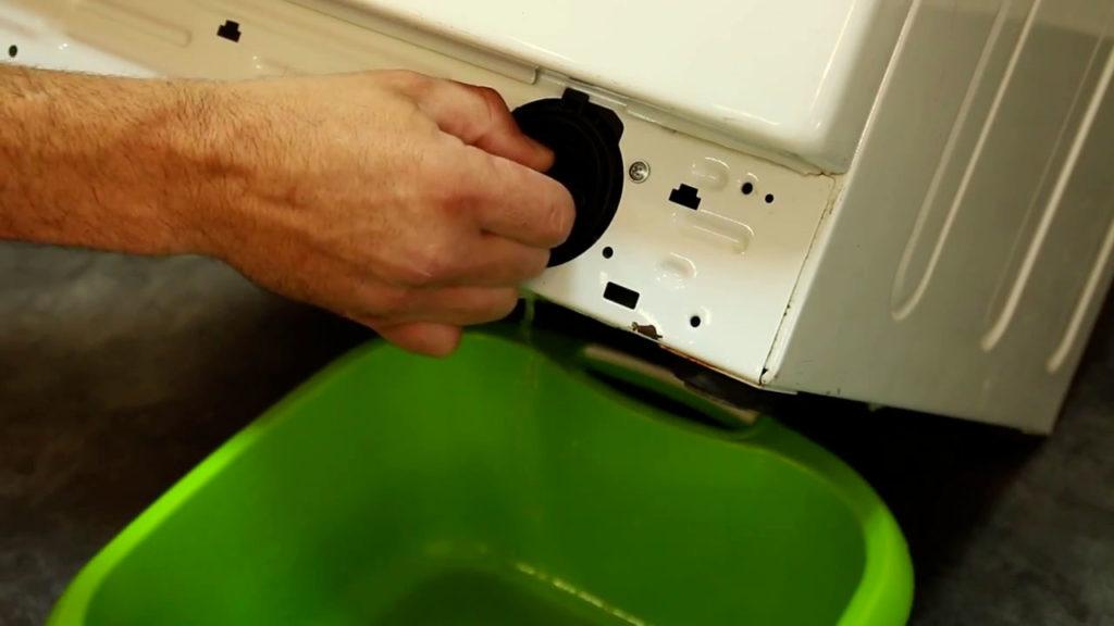 dévissez légèrement le filtre avec une bassine en bas