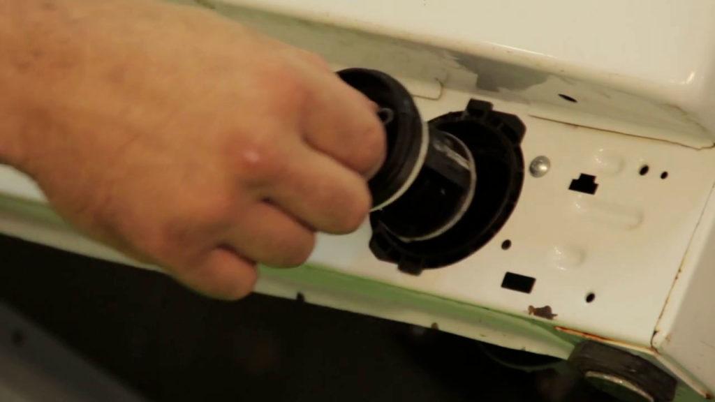 Retirez le filtre de vidange du lave-linge en le dévissant