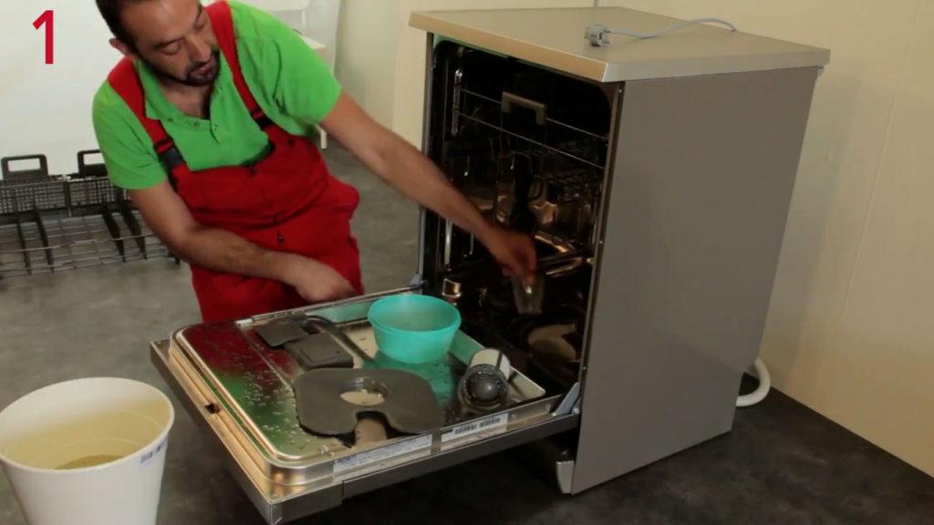 Aidez vous d'un récipient pour enlever le reste d'eau se trouvant dans le fond de cuve du lave-vaisselle