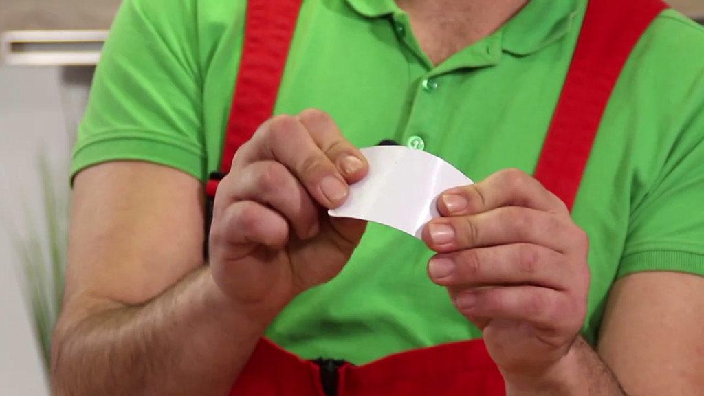 Astuce 2 : débloquer le couvercle de la Senseo à l'aide d'une carte en plastique
