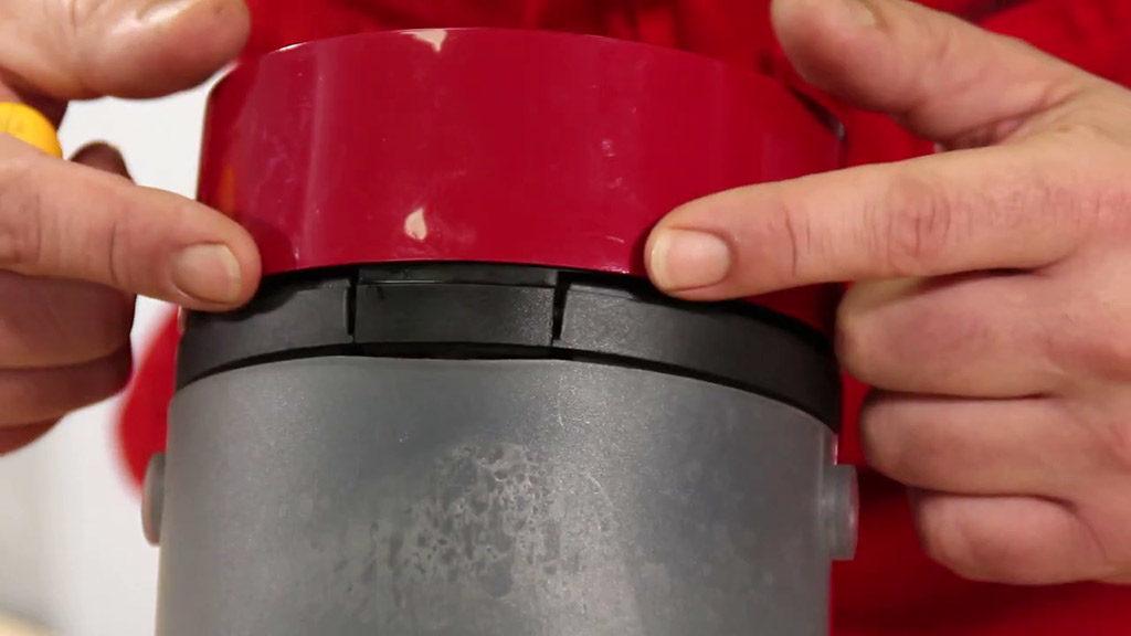 Repérer les 2 clips situés de chaque côté du couvercle de la Senseo
