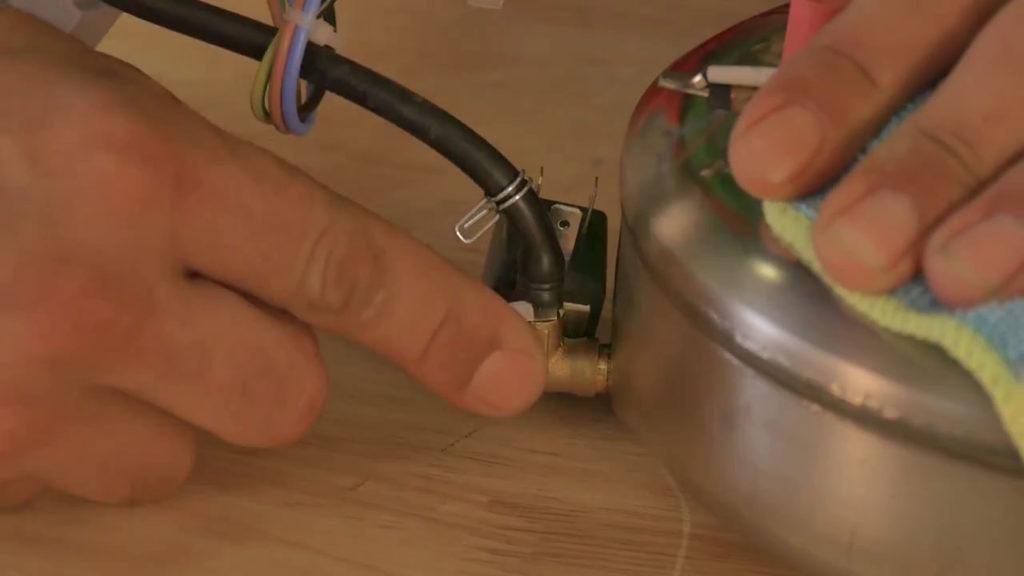 Déloger le tuyau à l'aide du tournevis plat