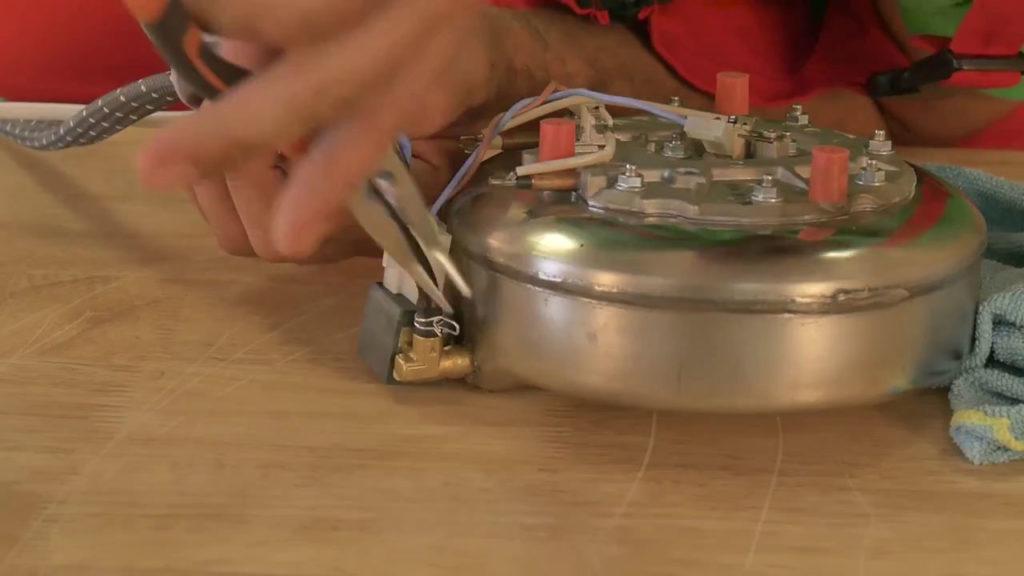 Remettre le tuyau dans son emplacement et serrer à l'aide de la pince
