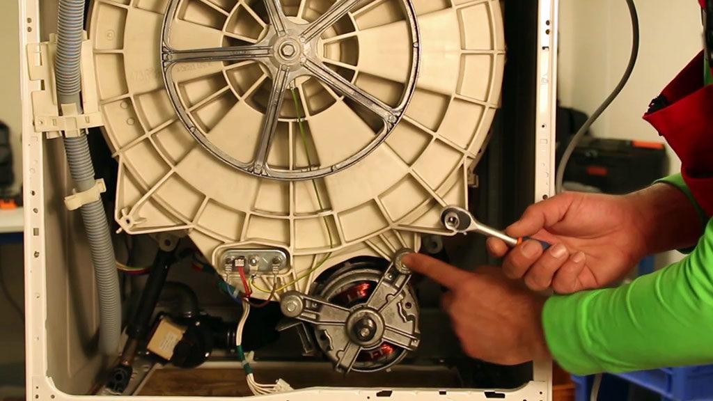 Repérez les boulons qui maintiennent le moteur du lave-linge frontal