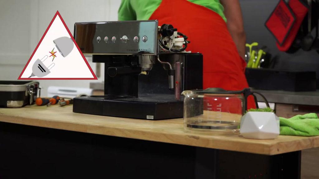 Débrancher à nouveau la machine à café