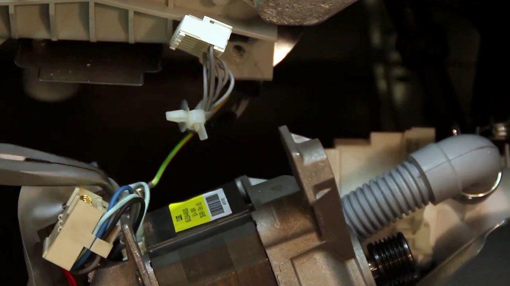 Avant d'extraire le moteur, il faudra retirer sa connectique