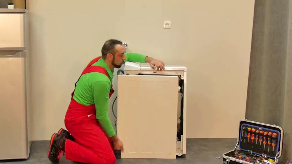 Démonter le panneau latéral du lave-linge top