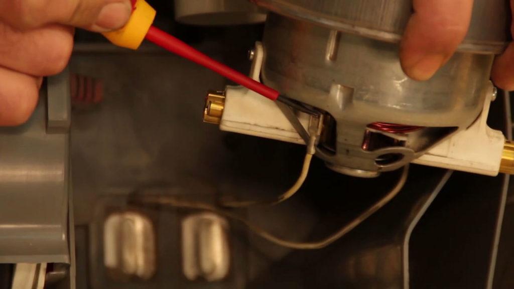 Enlever les connecteurs du moteur