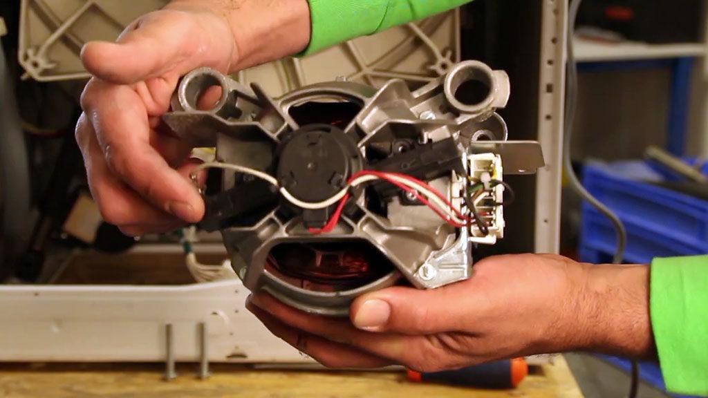 Une fois les boulons retirés, vous pouvez extraire le moteur du lave-linge