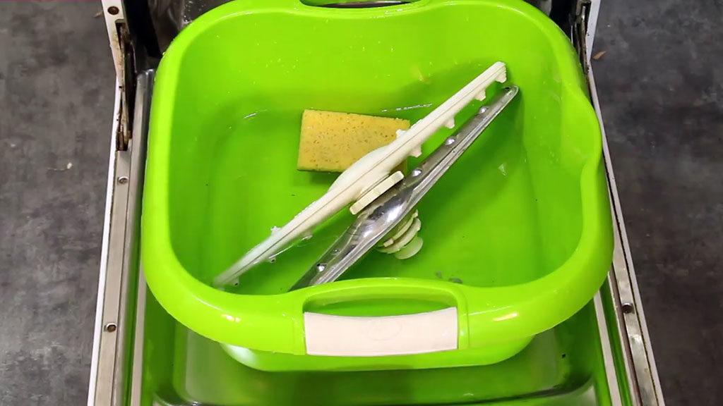 Démonter les bras de lavage du lave-vaisselle pour les nettoyer